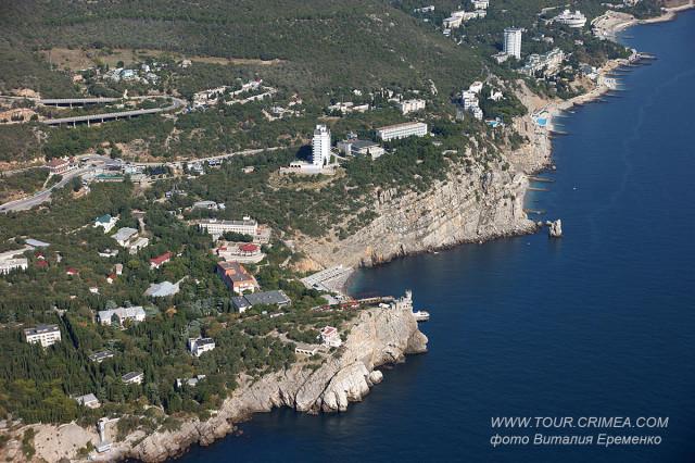 Вид на п.Гаспра и символ Крыма - Ласточкино гнездо с высоты птичьего полета. Экскурсии на вертолете по Крыму.