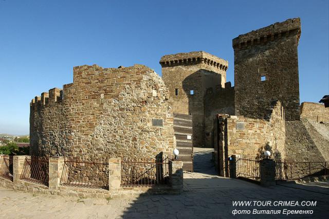 Главные ворота Судакской крепости - комплекс защитных сооружений.