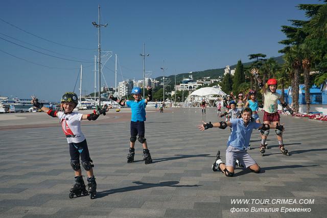 """Занятия с детками от роллер-школы """"Pro Rollers"""" на набережной Ялты - фоторепортаж."""