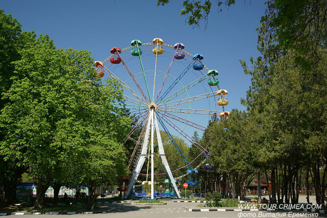 Детский парк в Симферополе. Колесо обозрения