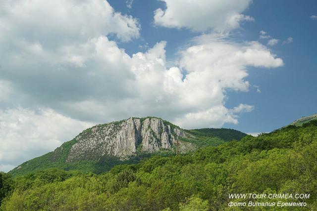 Живописный вид на гору Парагильмен с ввтотрассы Симферополь-Ялта.
