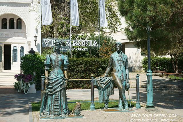 """Скульптурная композиция  """"Дама с собачкой"""" на набережной Ялты."""