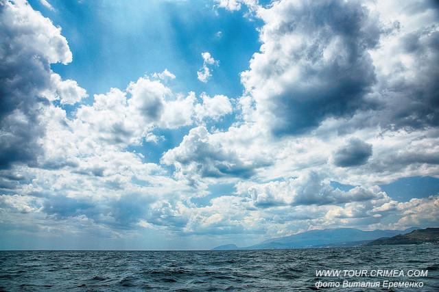 Небесные облака на фоне Аю-Дага. Море. Крымское лето....