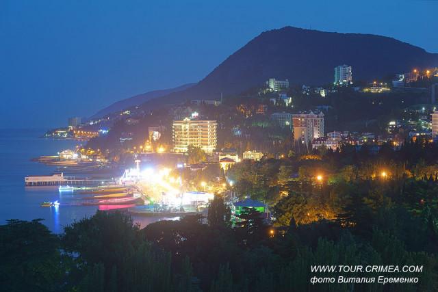 Алушта отдыхает или  вид на летнюю курортную набережную теплой летней ночью