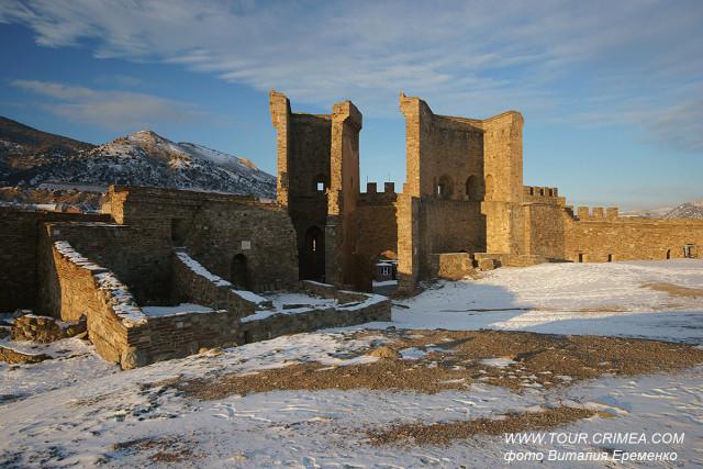 Золотой зимний закат на Судакской крепости.