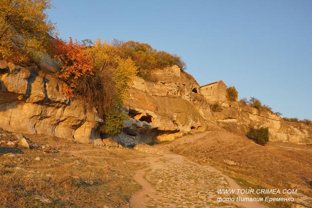 Теплый октябрьский вечер  у пещерного города Чуфут-Кале.