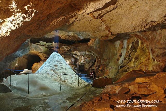 """""""Ледяная"""" пещера Трехглазка на горе Ай-Петри."""