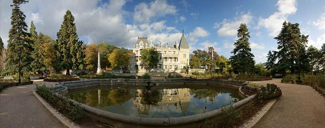 Фигурный  бассейн с фонтаном  у Массандровского дворца.