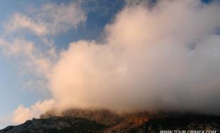 Золотое облако  в лучах закатного солнца. Крым