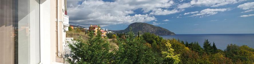 Чудесный вид на Гурзуф  и гору Медведь с отеля Ягуар.